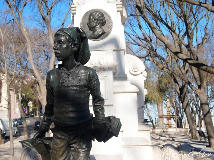 A monument dedicated to Eduardo Coelho, founder of a popular newspaper.