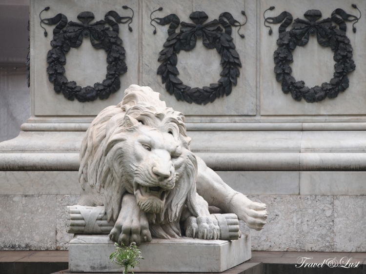 Spotted lions at thePiazza dei Martiri.