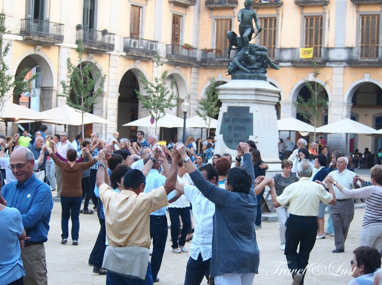 Sardana dancing is a traditional Catalan Dance. The Sardana is a popular Catalan cultural dance and symbol of unity for the Catalan people. This was at the Plaça de la Independència.