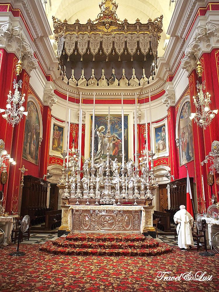 Baroque interior of San Lawrenz church in Vittoriosa (Birgu).