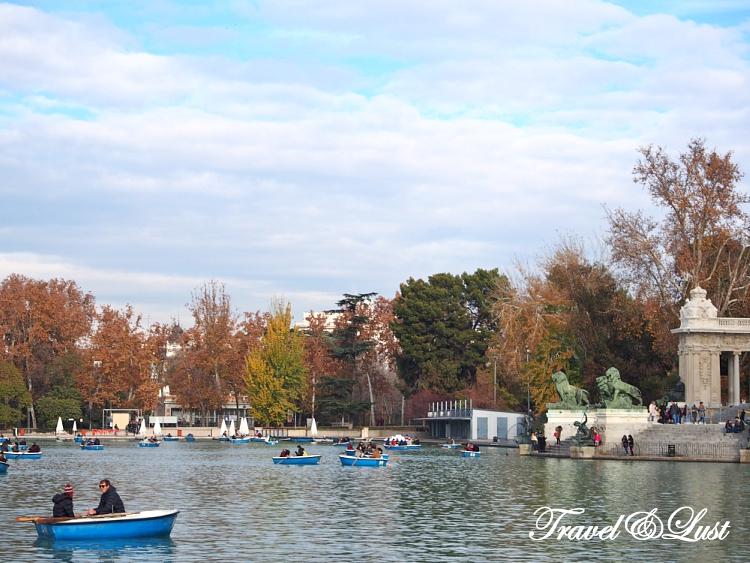 Boating at the scenic Retiro park.