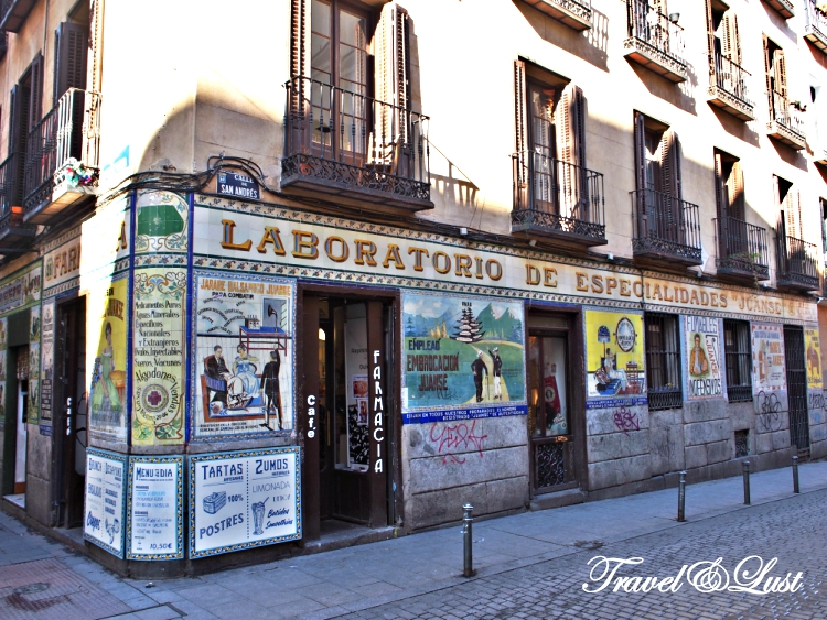 Café Farmacia is a coffee shop on Calle de San Vicente Ferrer nº 32 in the Malasaña neighbourhood. They do brunch, it is pet friendly and you can enjoy some of the original decors of the pharmacy is once was.
