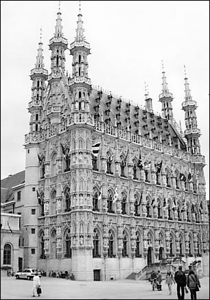 leuven-stadhuis zwartwit.jpg