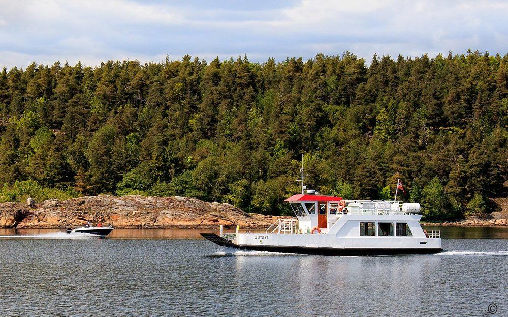 """Fergen """"Jutøya"""" transporterer passasjerer og gods ut til den bilfrie øya Veierland. Fergen har daglige avganger fra Tenvik på Nøtterøy og fra Engø i Sandefjord. Se  rutetabell ->"""