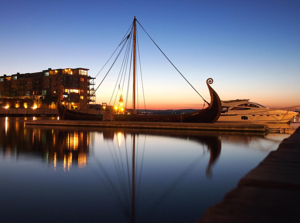 Urbant havnemiljø mikset med 1000 år gammelt symbol.