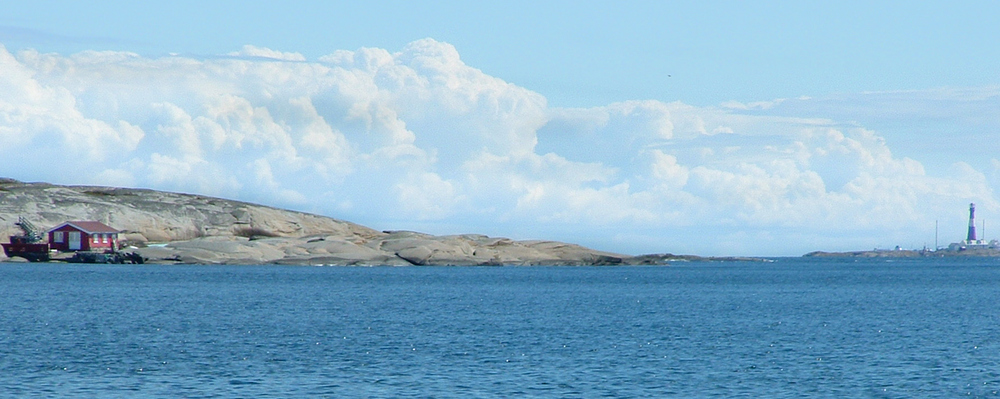 Sydligst på Sandø er Færder fyr nærmeste nabo.