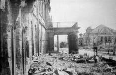 Kassel destruída Friedrichsplatz, Blick vom Weißen Palais zum Staatstheater image076.jpg