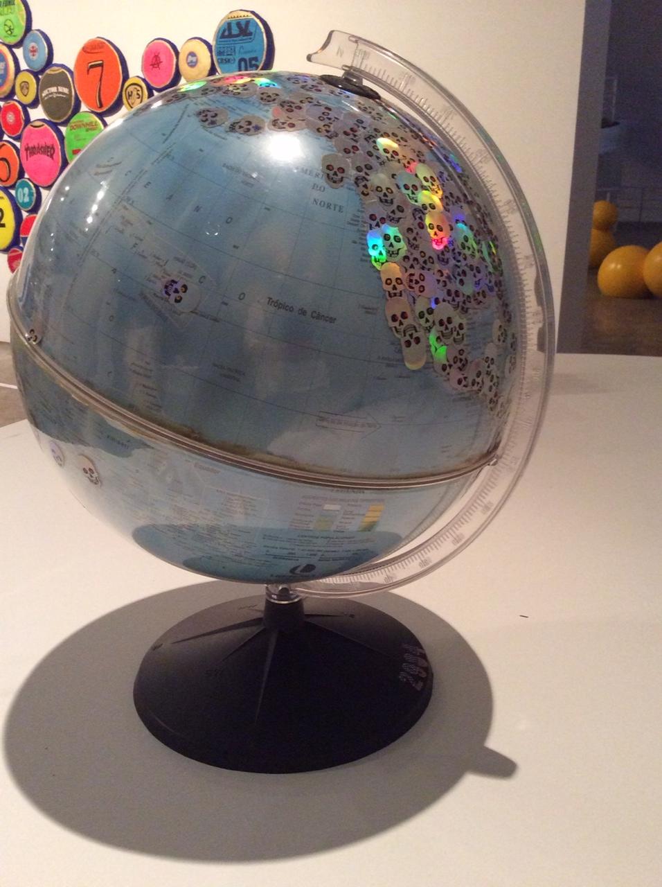 NELSON LEIRNER, Assim É se lhe Parece, 2003, Adesivos sobre globo