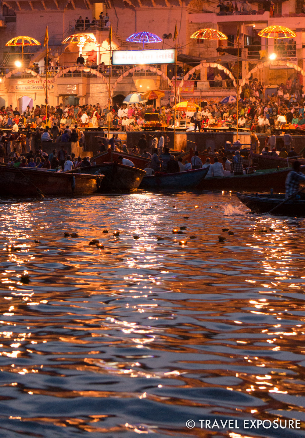 The evening ceremony is performed every sunset as an offering to Lord Shiva and the Goddess Ganga of the Ganges river.Saffron robed scholars wave incense and flaming lamps synchronized to rhythmic chants and music.