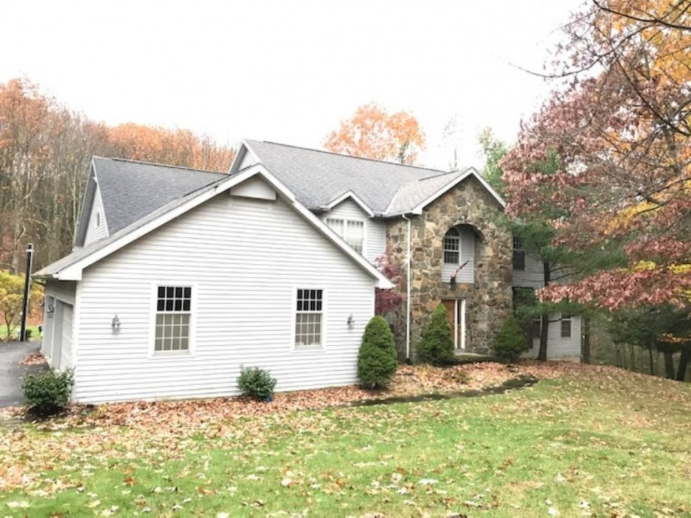 A very spacious Contemporary just minutes from Binghamton University.
