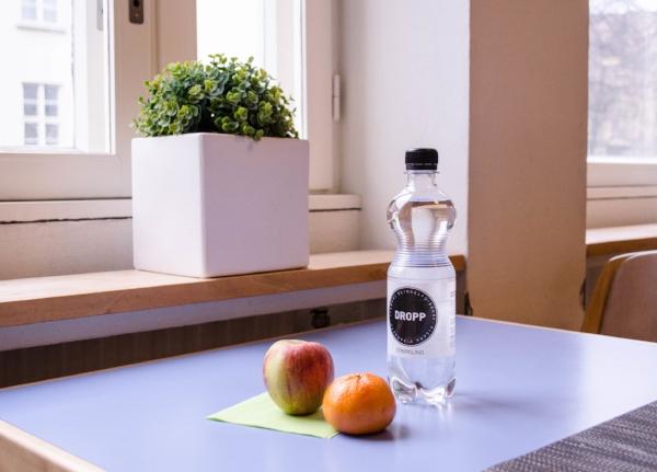 Monet yritykset ja kahvilat ovat valinneet DROPP-lähdeveden. Kuva on Hanken School of Economicsin ravintolasta.