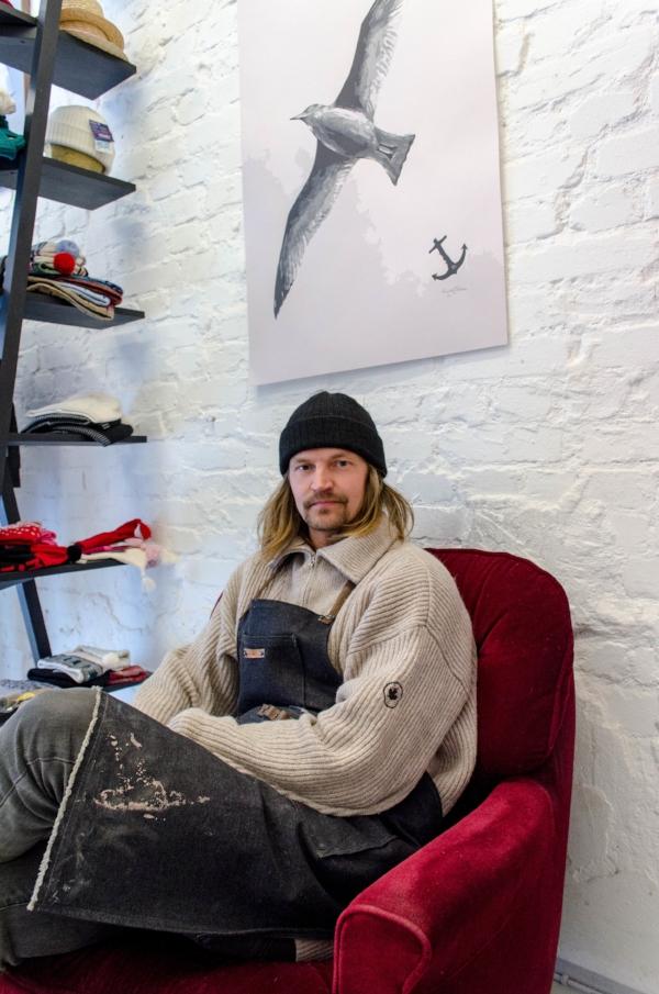 Rasmus Tikkanen työhuoneellaan Empire -liikkeessä.