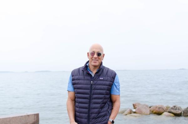 Meren läheisyys muistuttaa Bruce Oreckia luonnon todellisesta voimasta.