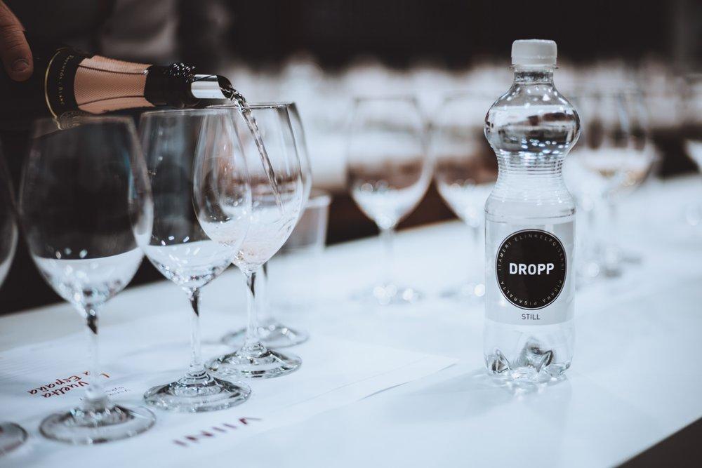 DROPP lähdevesi Viini-lehden tastingissa.
