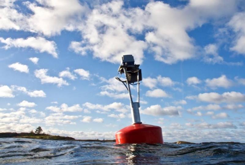 MONICOAST -tutkimusprojektin mittaripoiju tuottaa dataa sekä tutkijoiden että yleisön käyttöön. Kuva: Joanna Norkko.