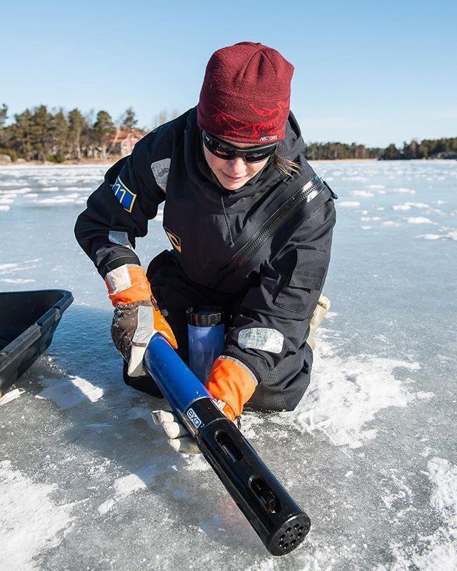 Hyvää naisten päivää! Naisissa on voimaa, vaikka pelastaa Itämeri!  Tämä voimanainen on Joanna Norkko, MONICOAST-projektin tutkimuskoordinaattori ja Tvärminnen tutkimusaseman vt. johtaja. Kuvassa hänellä on kädessään yksi MONICOASTin tutkimusmittareista, joka nostettiin viime keväänä jään alta huoltoa varten.  Kiitos Joanna työstäsi!  #naistenpäivä #itämeri #itämerentutkimus #balticsea #research #monicoast #tvärminne #droppwater #everydroppforthebalticsea