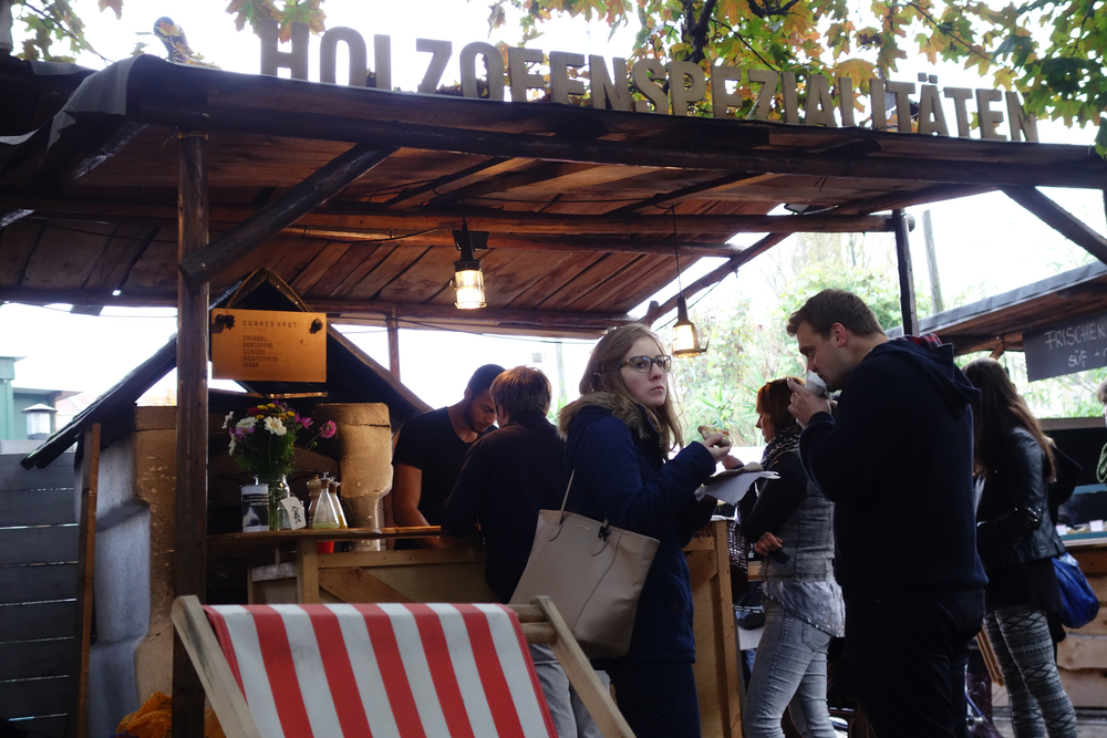 This hidden food courtyard im der Flohmarkt am Mauerpark was a real delight.