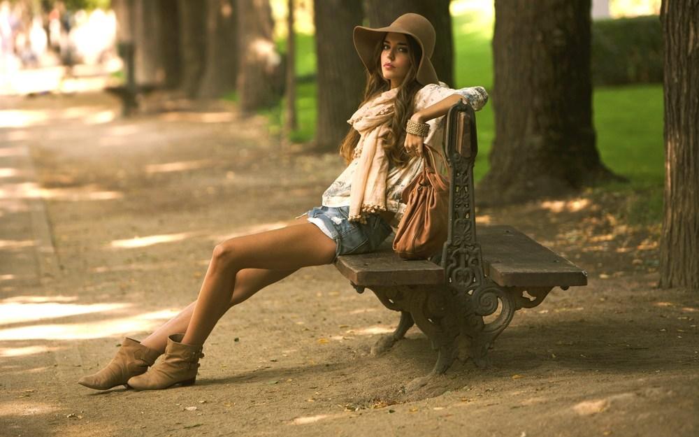 6795955-girl-fashion-background.jpg