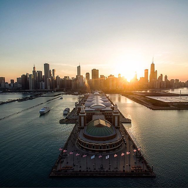 Goodbye #Chicago Summer 🙋‍♂️🙋. Hello crisp mornings and pumpkin spice everything.  Let's hope for a gentle winter. 📸: Unknown . . . #insta_chicago #artofvisuals #chitecture #chicago_community #chicagoart
