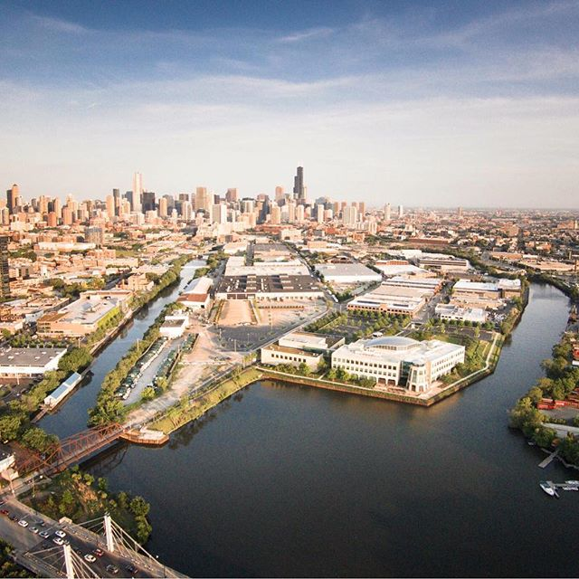 Amazing drone shot of #Chicago through Goose Island. 📸:Unknown . . . . . . . . #chicago #artofchi #architecture #chiarchitecture #chicagolife #igchicago #chigram #huffpostgram #chicagoshots #chicagoriver #mychicagopix #likechicago #windycity #chicagogram #justgoshoot #illinois #abc7chicago #illgrammers #chitecture #insta_chicago #chitecture #chicago_community #artofvisuals