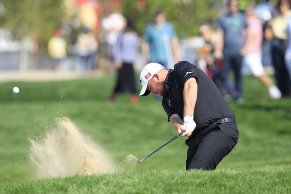 Shane Lowry blasts out of a fairway bunker in Abu Dhabi. Picture: Eoin Clarke www.golffile.ie