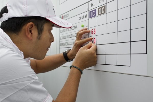 A Japanese volunteer works the scoreboard during the first round at the 2014 Eisenhower Trophy at Karuizawa 72 Golf East in Karuizawa, Japan on Wednesday, Sept. 10, 2014.  © USGA/Steven Gibbons
