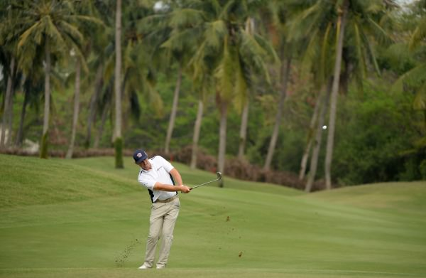 Pádraig Harrington pitches in Indonesia. Picture by  Khalid Redza /   AsianTour.com