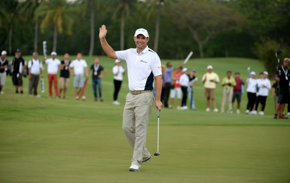 Pádraig Harrington salutes the gallery at the 18th. Picture: Khalid Redza / ASIAN TOUR