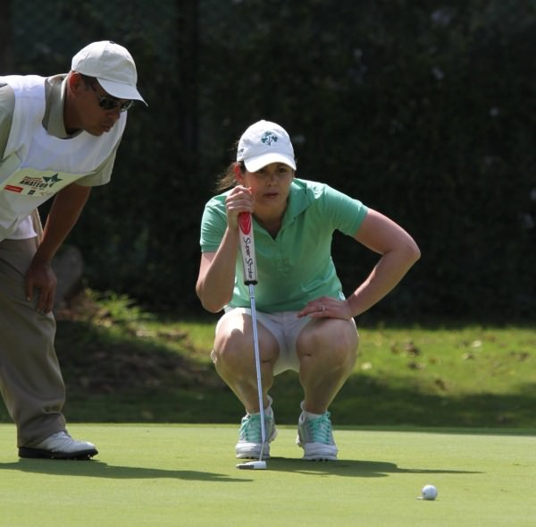 Maria Dunne reads a putt at Lima Golf Club. Picture via Federacion Peruana de Golf