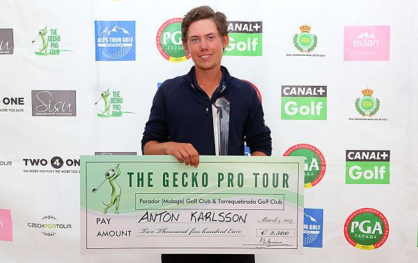 Anton Karlsson with the winner's cheque for €2,500. Picture via  Ten-golf.es