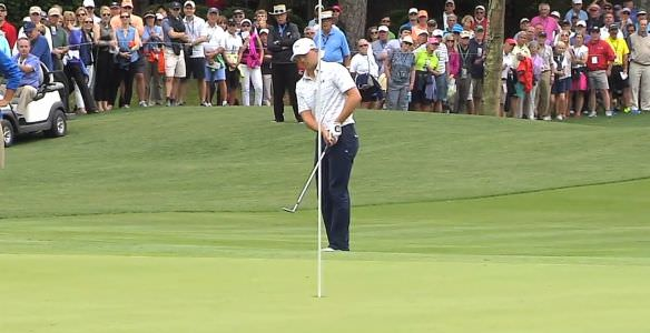 Jordan Spieth chips in during his 62.