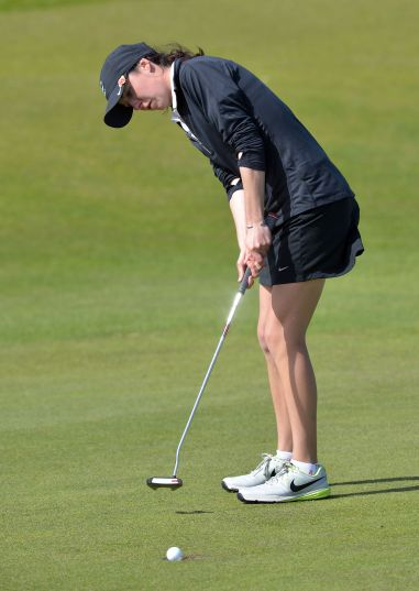 Sarah Helly holes the winning putt for the 2015 Irish Women's Amateur Close at Rosapenna.  Picture:   Pat Cashman