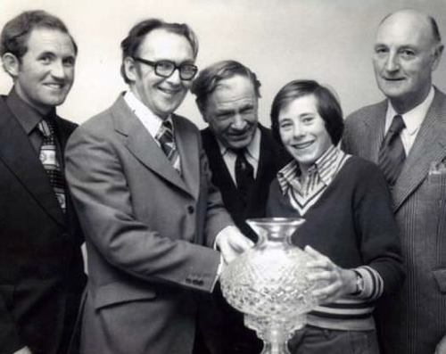SIXTEEN-YEAR-OLD JUNIOR FRANKIE FLYNN WINS THE 1975 CAPTAIN'S PRIZE. L-R: BOBBY BROWNE, JOHN DALY (CAPT.), SEÁN TAYLOR, CON MURPHY (HON. SEC.)