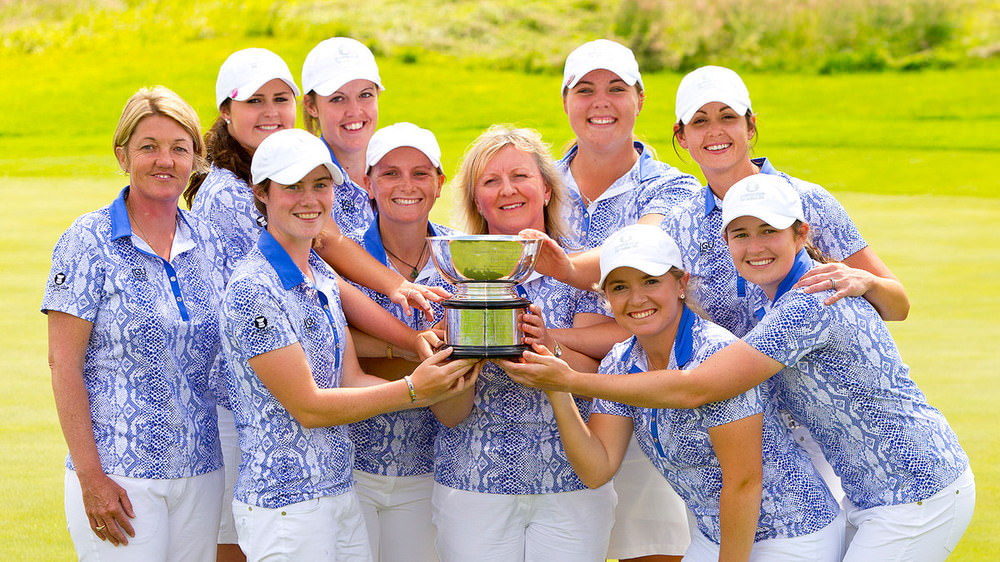 Great Britain and Ireland players show off the spoils of their three-point victory in the 39th Curtis Cup Match at Dun Laoghaire Golf Club. (USGA/Steven Gibbons)