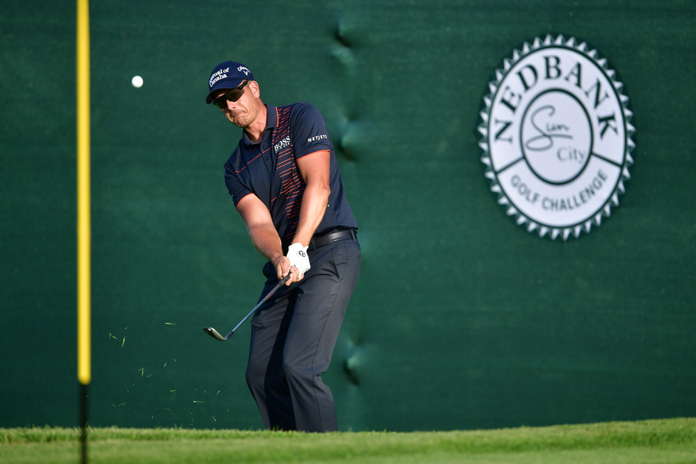 SUN CITY, SOUTH AFRICA - NOVEMBER 10:  Henrik Stenson of Sweden chips to the 18th green during day one of the Nedbank Golf Challenge at Gary Player CC on November 10, 2016 in Sun City, South Africa.  (Photo by Stuart Franklin/Getty Images)