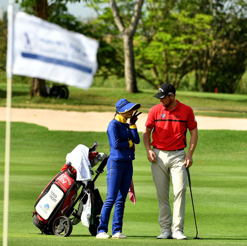 BANGKOK-THAILAND-Todd Sinnot of Australia get some advice from his local caddie during round two of the Asian Tour Qualifying School Final Stage at the Suvarnabhumi Golf and Country Club, Bangkok, Thailand. January 11-14, 2017. Picture by Paul Lakatos/Asian Tour.