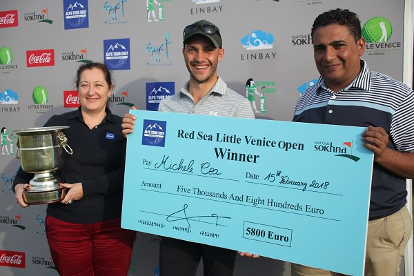 Michele Cea receives the winner's cheque. Picture:  AlpsTourGolf.com