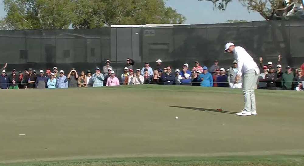 Rory McIlroy makes a 25-footer at the 15th