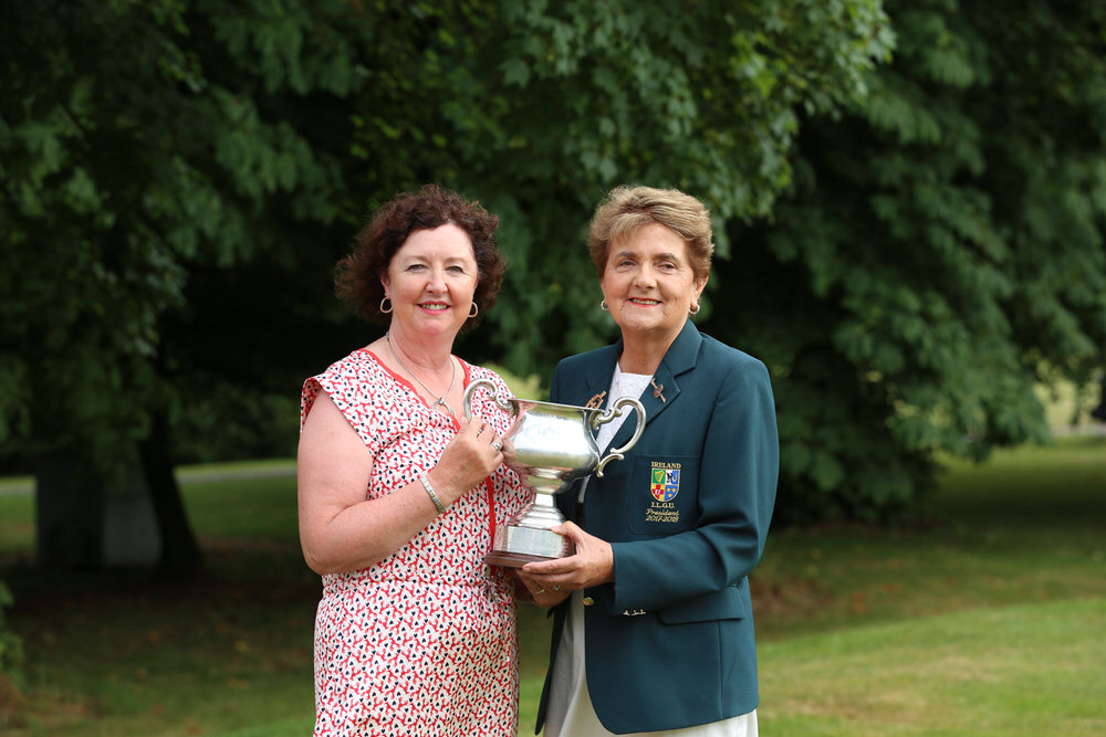 Suzanne Corcoran (Portumna) winner of the Irish Senior Womens Close Championship 2018 at Monkstown Golf Club, Cork with Vonnie Noonan, President of the ILGU.