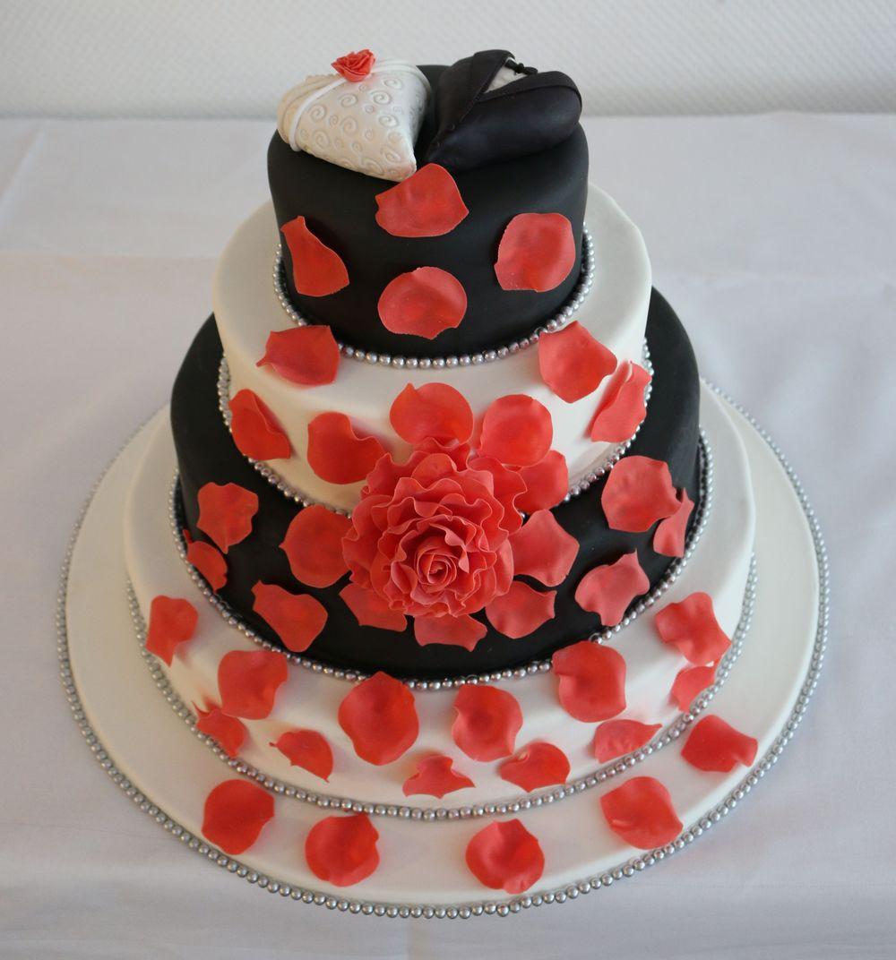 Hochzeitstorte schwarz/weiß mit roter Zuckerrose und Herzmodellagen ...