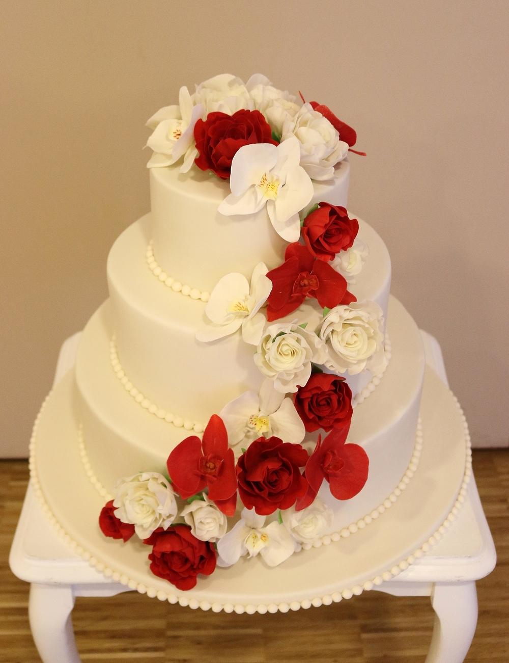 Hochzeitstorte Mit Roten Und Zart Cremefarbenen Zuckerbluten