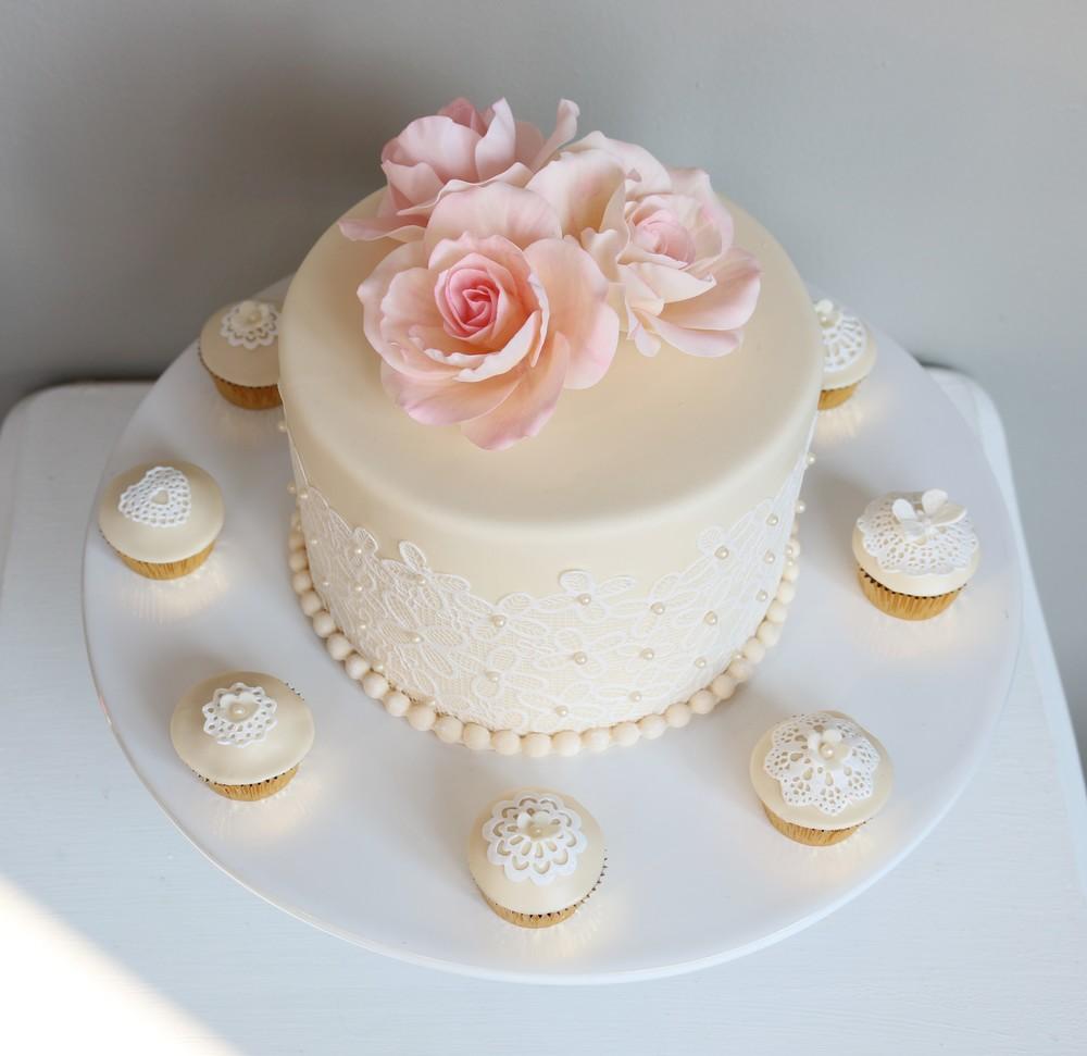Kleine Hochzeitstorte mit passenden Cupcakes — Barbara Aletter ...