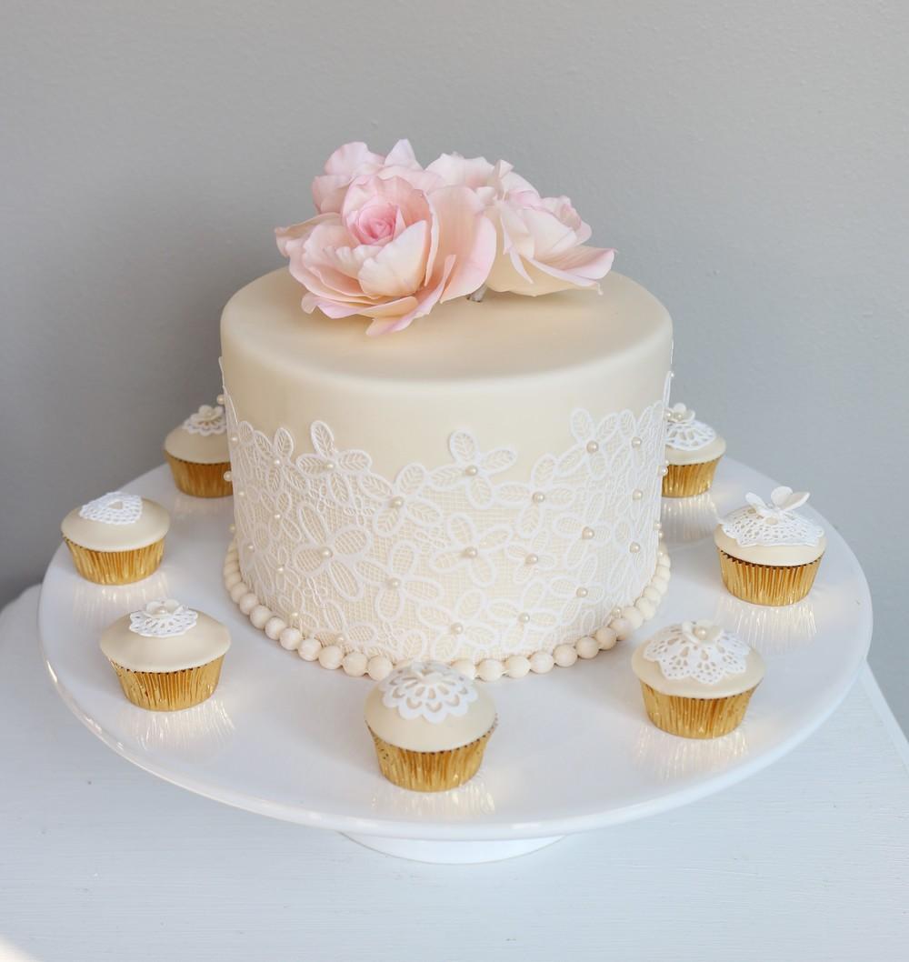Kleine Hochzeitstorte Mit Passenden Cupcakes Barbara Aletter
