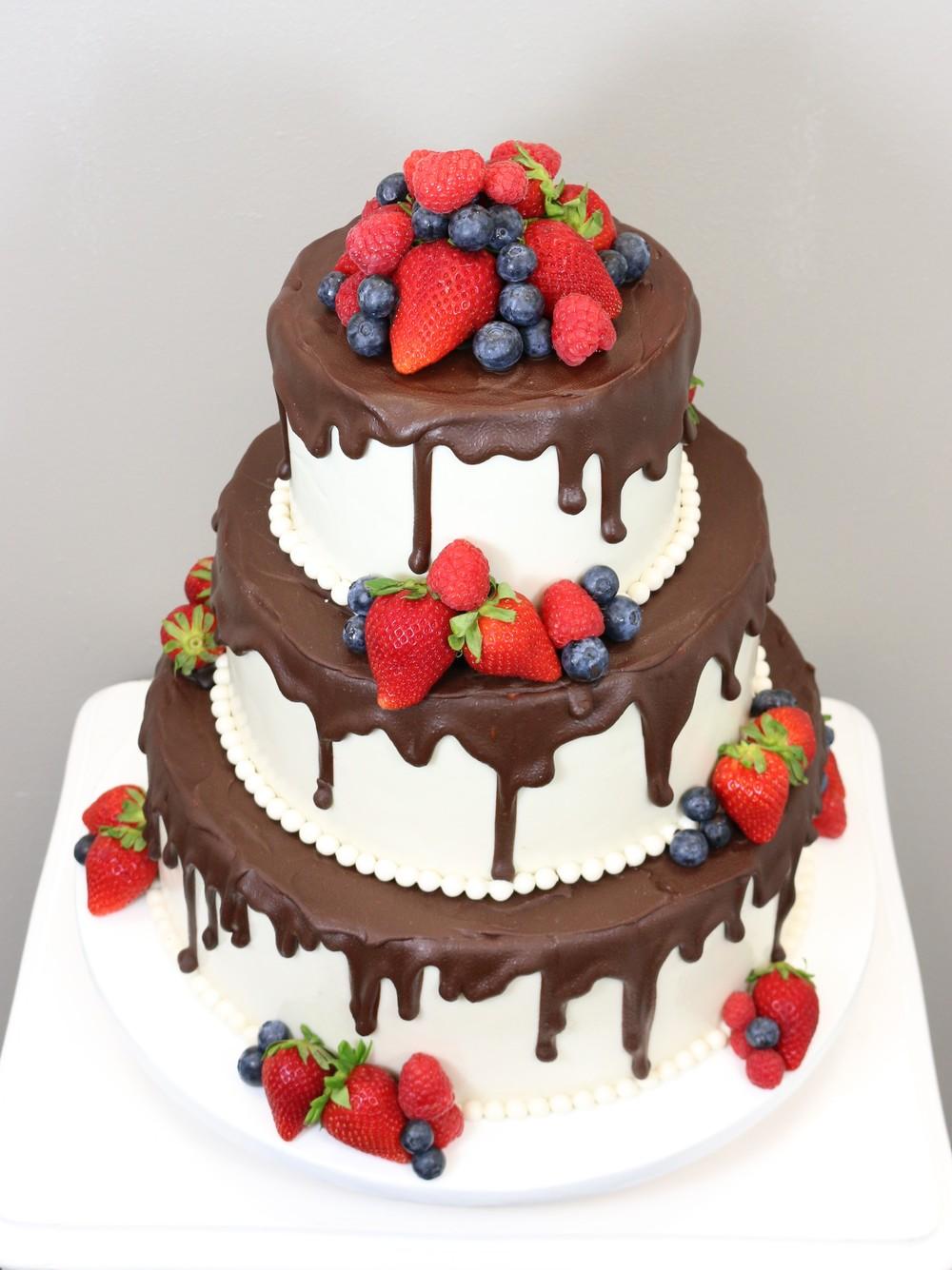 3 Stockige Hochzeitstorte Mit Schokolade Und Beeren Barbara