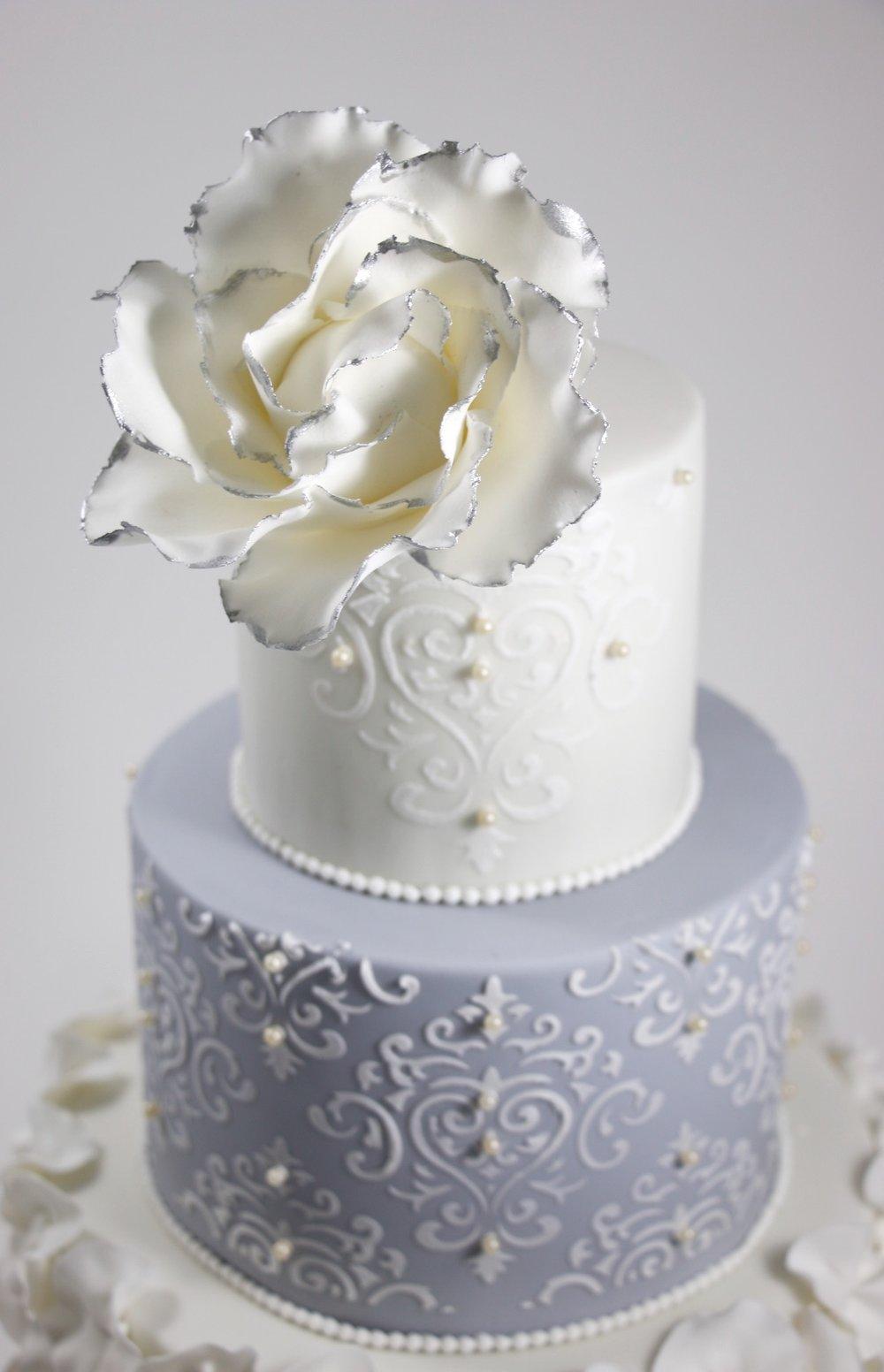 Hochzeitstorte In Zart Grau Silber Und Weiss Barbara Aletter