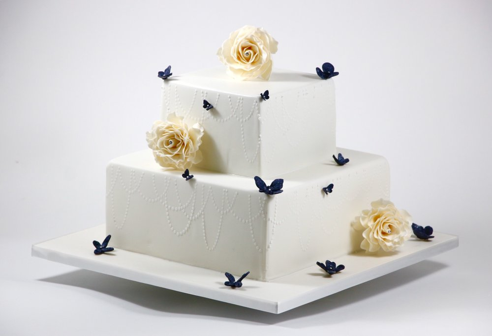 Wunderschone Eckige Hochzeitstorte In Den Eleganten Farben Creme Und