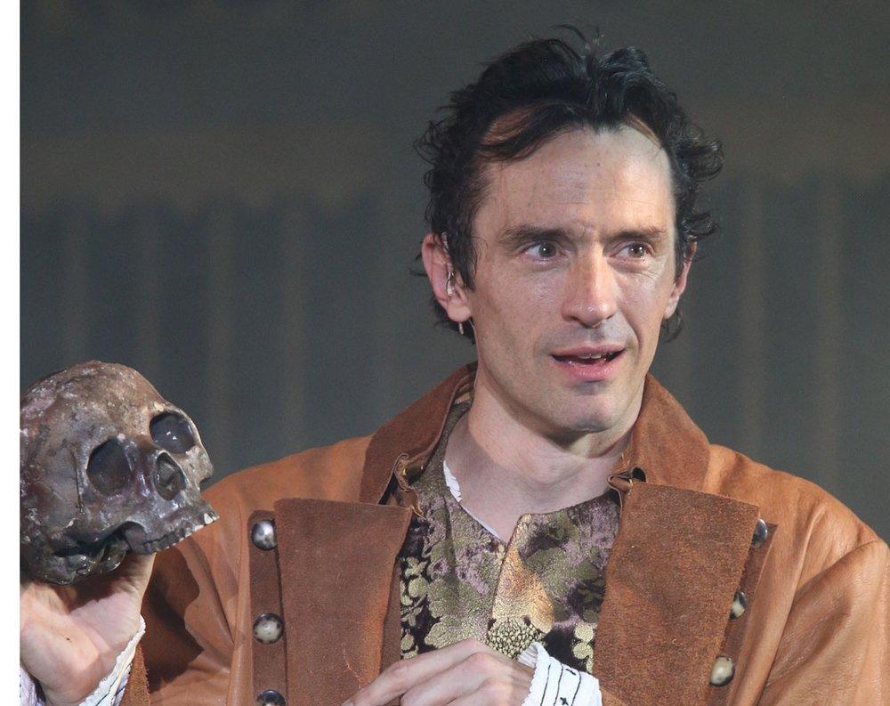 Hamlet with skull2.jpg
