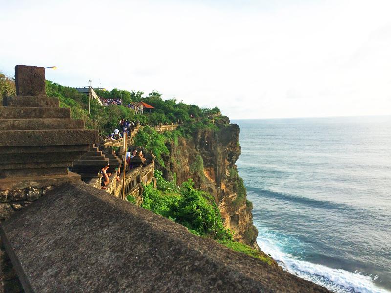 5 passeios imperdíveis na região de Uluwatu, Bali - A ilha de Bali, na Indonésia,é, sem dúvidas, um dos destinos mais procurados pelos brasileiros nesta época do ano. Embora seja exatamente quando ocorre a temporada de chuvas na região, janeiro é mês de férias por aqui, e uma ótima oportunidade de explorar um pouquinho da Ásia. Um dos lugares imperdíveis da ilha éUluwatu, que fica na região sul da ilha e é um paraíso para os surfistas. No post de hoje, falo sobre 5 passeios imperdíveis na região de Uluwatu. Confira!
