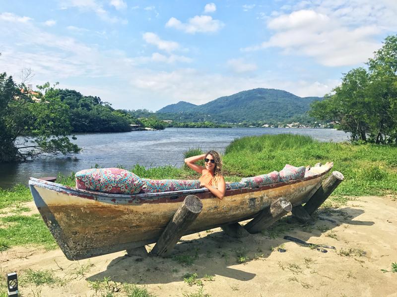 A ideai do sofá-barco veio de uma das viagens que os donos fizeram. Não é demais?