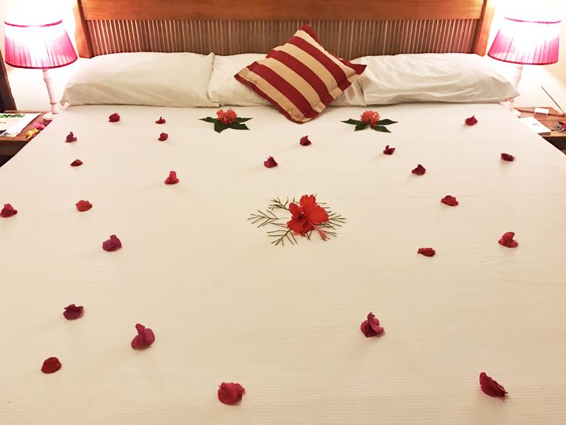 O cuidado na hora de fazer a cama: muitas flores naturais para enfeitar sua estadia